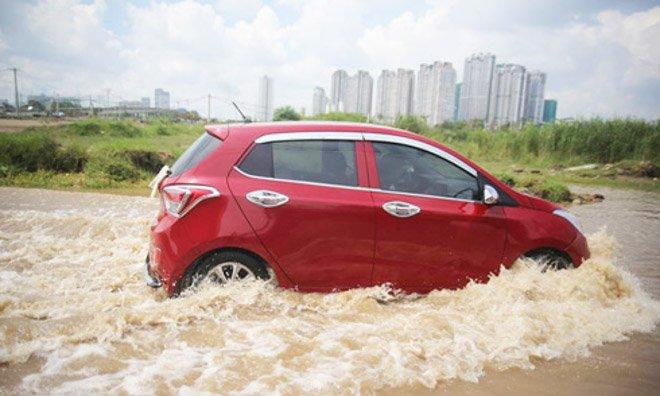 Lái xe qua vùng nước ngập rất dễ gặp hiện tượng thủy kích 1