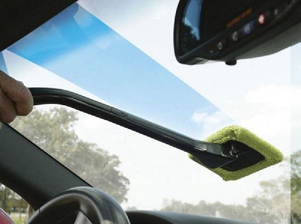 vệ sinh kính xe hơi